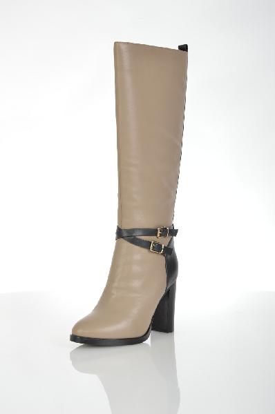 Сапоги VitacciЖенская обувь<br>Цвет: бежевый, черный<br> <br> Состав: натуральная кожа<br> <br> Великолепные сапоги помогут Вам создать элегантный образ. Высокое голенище. Устойчивый каблук. Застежка на молнию сбоку. Стильная отделка. Такие сапоги должны присутствовать в базовом гардеробе каждой женщины.<br> <br> Высота каблука Высокий, 10.0 см<br> Вид застежки Молния<br> Высота платформы Низкая, 1.0 см<br> Материал верха Кожа<br> Форма мыска Закругленный мысок<br> Материал подошвы ТЭП (термоэластопласт)<br> Голенище Высота голенища, 38.5 см<br> Голенище Обхват голенища, 39.0 см<br> Материал стельки Мех<br> Материал подкладки Евромех<br> Декоративные элементы Пряжка<br> Форма каблука Толстый<br> Особенность материала верха Глянцевый<br> Сезон демисезон<br> Пол Женский<br> Страна Россия<br><br>Высота каблука: 10 см<br>Высота платформы: 1 см<br>Объем голени: 39 см<br>Высота голенища / задника: 38 см<br>Материал: Натуральная кожа<br>Сезон: ВЕСНА/ОСЕНЬ<br>Коллекция: Осень-зима<br>Пол: Женский<br>Возраст: Взрослый<br>Цвет: Бежевый<br>Размер RU: 37