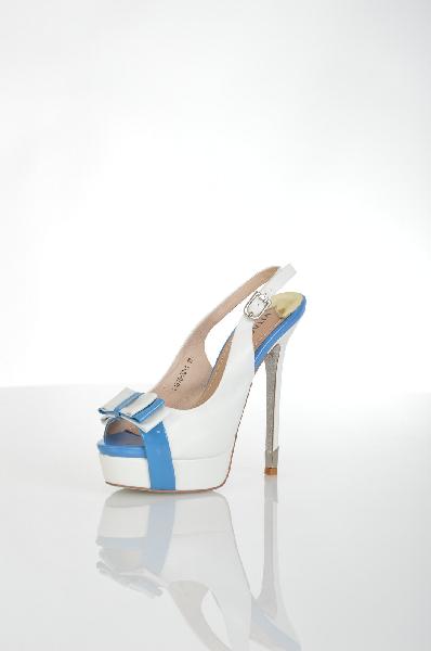 Босоножки VitacciЖенская обувь<br>Цвет: белый<br> <br> Состав: натуральная кожа<br> <br> Великолепные босоножки, верх которых выполнен из натурального материала. Модель на высоком изящном каблуке снабжена застежкой на пряжку. Отличный вариант для женского гардероба.<br> <br> Высота каблука Высокий, 1...<br><br>Высота каблука: 15.5 см<br>Высота платформы: 3 см<br>Материал: Натуральная кожа<br>Сезон: ЛЕТО<br>Коллекция: (Справочник &quot;Номенклатура&quot; (Общие)): Весна-лето<br>Пол: Женский<br>Возраст: Взрослый<br>Цвет: Белый<br>Размер RU: 37