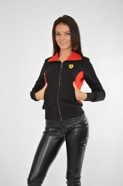 Толстовка FerrariЖенская одежда<br>Легендарный бренд Ferrari ассоциируется, прежде всего, с миром скоростных автомобилей премиум-класса и автогонками Формула 1. Поклонникам автоспорта и людям, ведущим активный образ жизни, Ferrari предлагает одежду и аксессуары с фирменной символикой на любой вкус. Динамичная и стильная спортивная одежда идеально подойдет для вождения автомобиля, а эксклюзивные аксессуары Ferrari отлично дополнят образ успешного человека.<br> <br> Цвет: черный и красный<br> Состав: 80% хлопок, 20% полиэстер<br> Параметры изделия: для размера S: длина изделия - 56 см, длина рукава - 60 см<br> Страна: Италия<br><br>Материал: Хлопок<br>Сезон: ВЕСНА/ОСЕНЬ<br>Коллекция: Осень-зима<br>Пол: Женский<br>Возраст: Взрослый<br>Цвет: Черный<br>Размер INT: S