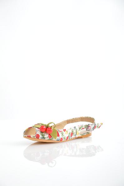 Inario СандалииЖенская обувь<br>Сандалии Inario выполнены из текстиля белого цвета с растительным принтом, внутренняя отделка - искусственная кожа. Детали: сбоку застежка на пряжку, открытый мыс декорирован бусинами, плоская подошва.<br><br><br> <br><br><br>Материал верха текстиль<br><br><br>Внутренний материал искусственная кожа<br><br><br>Материал стельки искусственная кожа<br><br><br>Материал подошвы резина<br><br><br>Цвет мультиколор<br><br><br>Сезон Лето<br><br><br>Коллекция Весна-лето<br><br><br>Детали обуви бисер/бусины<br><br><br>Страна: Россия<br><br>Материал: Текстиль<br>Сезон: ЛЕТО<br>Коллекция: Весна-лето<br>Пол: Женский<br>Возраст: Взрослый<br>Цвет: Разноцветный<br>Размер RU: 37
