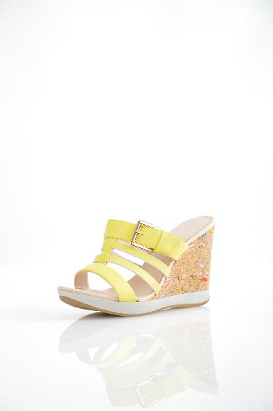 Inario СабоЖенская обувь<br>Сабо на танкетке от Inario выполнены из искусственной кожи желтого цвета. Детали: ремешок с застежкой на пряжке; танкетка с отделкой под пробковое дерево; резиновая подошва.<br> <br> Материал верха искусственная кожа<br> Внутренний материал искусственная кожа<br> Материал стельки искусственная кожа<br> Материал подошвы резина<br> Высота каблука 10 см<br> Высота платформы 1.5 см<br> Цвет желтый<br> Сезон Лето<br> Коллекция Весна-лето<br> Детали обуви пряжки<br> Страна: Россия<br><br>Высота каблука: 10 см<br>Высота платформы: 1.5 см<br>Материал: Искусственная кожа<br>Сезон: ЛЕТО<br>Коллекция: Весна-лето<br>Пол: Женский<br>Возраст: Взрослый<br>Цвет: Желтый<br>Размер RU: 38