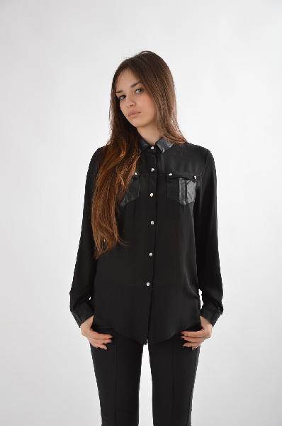 Рубашка ExtasyЖенская одежда<br>Состав: 65% полиэстер, 35% хлопок<br><br><br>Особенности: Элегантная рубашка на пуговицах с длинным рукавом, ворот, манжеты и нагрудные карманы из искусственной кожи, передняя планка декорирована кристаллами<br><br><br>Страна: Италия<br><br>Материал: Полиэстер<br>Сезон: ЛЕТО<br>Коллекция: Весна-лето<br>Пол: Женский<br>Возраст: Взрослый<br>Цвет: Черный<br>Размер INT: M