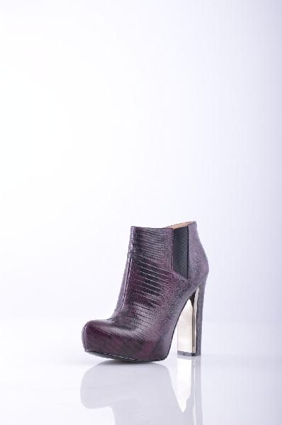 GUESS Полусапоги и высокие ботинкиЖенская обувь<br>Змеиный принт, логотип, двухцветный узор, молния, узкий носок, резиновая подошва, обтянутый каблук.<br>Высота каблука: 11.5 см<br>Высота платформы: 3 см<br>Объём голени: 29 см<br>Страна: США<br><br>Высота каблука: 11.5 см<br>Высота платформы: 3 см<br>Объем голени: 29 см<br>Высота голенища / задника: 8 см<br>Материал: Натуральная кожа<br>Сезон: ЛЕТО<br>Коллекция: (Справочник &quot;Номенклатура&quot; (Общие)): Весна-лето<br>Пол: Женский<br>Возраст: Взрослый<br>Цвет: Бордовый<br>Размер RU: 37