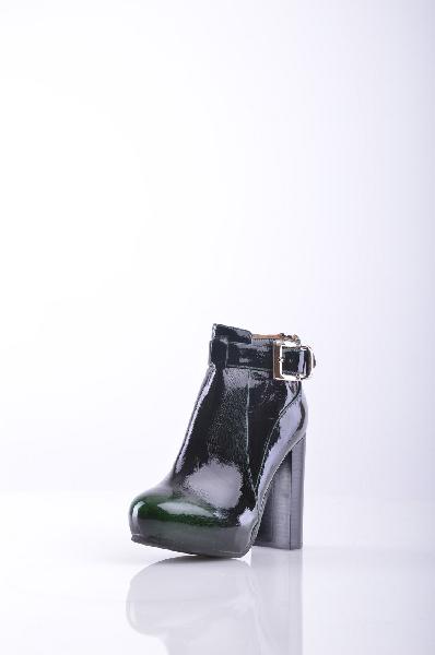 Полусапоги JEFFREY CAMPBELLЖенская обувь<br>Описание: Эффект лакировки, одноцветное изделие, молния, ремешки, скругленный носок, внутри на подкладке, резиновая подошва, ручная работа. <br><br> Высота каблука: 11 см <br><br><br> Высота платформы: 3 см<br><br><br> Объем голени:27 см <br><br><br> Высота голенища / задника: 8 см<br><br><br> Страна: США<br><br>Высота каблука: 11 см<br>Высота платформы: 3 см<br>Объем голени: 27 см<br>Высота голенища / задника: 8 см<br>Материал: Искусственная кожа<br>Сезон: ВЕСНА/ОСЕНЬ<br>Коллекция: Весна-лето<br>Пол: Женский<br>Возраст: Взрослый<br>Цвет: Черный<br>Размер RU: 37