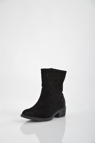 Полусапожки GUESSЖенская обувь<br>Цвет: черный<br> <br> Состав: натуральная замша<br> <br> Качественные, очень удобные полусапожки - превосходный вариант для создания стильного, женственного образа. Изделие с закругленным мыском, на небольшом каблучке. Выполнены полусапожки в приятной расцветке. Подчеркните свой безупречный вкус. Эта модель является большемеркой. Рекомендуем Вам заказывать на размер меньше.<br> Высота каблука Маленький, 4.5 см<br> Высота платформы Низкая, 1.0 см<br> Материал верха Кожа<br> Материал подошвы Искусственный материал<br> Материал подкладки Кожа<br> Форма мыска Закругленный мысок<br> Декоративные элементы Логотип<br> Форма каблука Каблук-кирпичик<br> Особенность материала верха Матовый<br> Сезон лето<br> Пол Женский<br> Страна бренда Соединенные Штаты<br><br>Высота каблука: 4.5 см<br>Высота платформы: 1 см<br>Материал: Замша<br>Сезон: ЛЕТО<br>Коллекция: Весна-лето<br>Пол: Женский<br>Возраст: Взрослый<br>Цвет: Черный<br>Размер RU: 38
