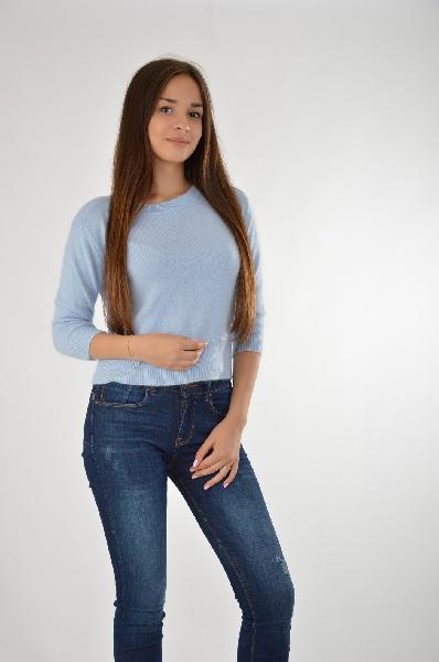 Джемпер BefreeЖенская одежда<br>Короткий джемпер от Befree голубого цвета выполнен из пушистой ткани с высоким содержанием шерсти. Детали: круглый вырез, манжеты и низэластичные, рукава до локтя.<br> <br> Состав 54% - Полиамид, 40% - Ангора, 6% - Шерсть<br> Длина по спинке 46 см<br> Длина рукава 40 см<br> Страна: Россия<br><br>Материал: Полиамид<br>Сезон: МУЛЬТИ<br>Коллекция: Осень-зима<br>Пол: Женский<br>Возраст: Взрослый<br>Цвет: Голубой<br>Размер INT: XS
