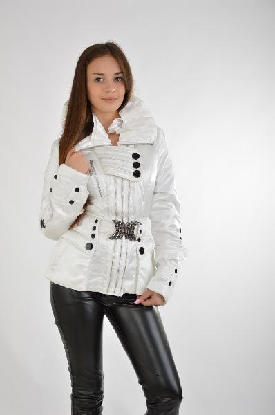 Куртка BoruossЖенская одежда<br>Экстравагантная короткая куртка в белом цвете выполнена из материалов, защищающих от ветра и холодной слякоти. Контрастные черные пуговицы придают изделию яркий облик. Детали: воротник в готическом стиле, декоративные пуговицы разного размера, застежка с нахлестом, ремень с металлическими элементами. <br> <br> Материал: Верх: 100% Нейлон.<br> Подкладка: 100% Полиэстер<br> Наполнитель: 100% Полиэстер<br> Страна: Россия<br><br>Материал: Полиэстер<br>Сезон: ВЕСНА/ОСЕНЬ<br>Коллекция: Осень-зима<br>Пол: Женский<br>Возраст: Взрослый<br>Цвет: Белый<br>Размер INT: S