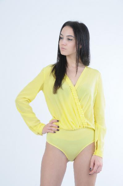 Боди Patrizia PepeЖенская одежда<br>Блуза-боди желтого цвета. Модель выполнена из шелка. Особенности: застежки на крючках, V-вырез, декоративные рюши, золотистые пуговицы.<br> <br> Состав Материал 1: Натуральный шелк - 100%; Материал 2: Вискоза - 92%, Эластан - 8%<br> Длина 48 см<br> Длина рукава 59 см<br> Цвет желтый<br> Сезон Мульти<br> Коллекция Весна-лето<br> Детали одежды рюши/воланы<br> Страна Италия<br><br>Материал: Шелк<br>Сезон: ЛЕТО<br>Коллекция: Весна-лето<br>Пол: Женский<br>Возраст: Взрослый<br>Цвет: Желтый<br>Размер INT: S