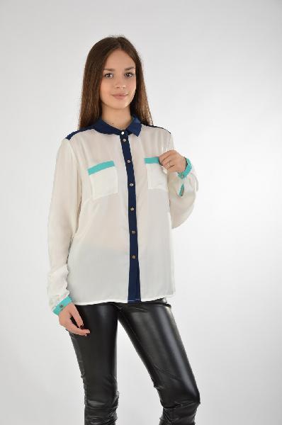 Baon БлузаЖенская одежда<br>Белая блуза из тонкой полупрозрачной ткани от Baon декорирована вставками темно-синего и зеленого цвета. Модель свободного кроя с длинным рукавом. Детали: позолоченные пуговицы, отложной воротник, манжеты на пуговицах, два накладных кармана.<br><br>Состав    100% - Полиэстер<br>Длина по спинке    60 см<br>Длина рукава    62 см<br>Страна: Россия<br><br>Материал: Полиэстер<br>Сезон: МУЛЬТИ<br>Коллекция: Весна-лето<br>Пол: Женский<br>Возраст: Взрослый<br>Цвет: Белый<br>Размер INT: S