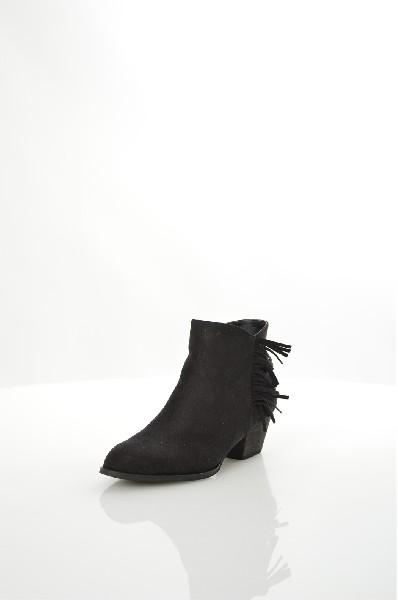 Полусапоги BeniniЖенская обувь<br>Полусапоги Benini выполнены из искусственного велюра и декорированы бахромой. Детали: застежка на молнию, подкладка из байки, стелька из искусственной кожи, небольшой устойчивый каблук.<br> <br> Материал верха искусственная замша<br> Внутренний материал байка<br> Материал стельки искусственная кожа<br> Материал подошвы искусственный материал<br> Высота голенища / задника 10.5 см<br> Обхват голенища 22 см<br> Высота каблука 5 см<br> Застежка на молнии<br> Цвет черный<br> Сезон Демисезон<br> Стиль Повседневный<br> Коллекция Весна-лето<br> Детали обуви бахрома/кисточки<br> Узор Однотонный<br> Тип сапог Ковбойские сапоги<br> Страна: Испания<br><br>Высота каблука: 5 см<br>Объем голени: 22 см<br>Высота голенища / задника: 10.5 см<br>Материал: Искусственная замша<br>Сезон: ВЕСНА/ОСЕНЬ<br>Коллекция: Весна-лето<br>Пол: Женский<br>Возраст: Взрослый<br>Цвет: Черный<br>Размер RU: 38