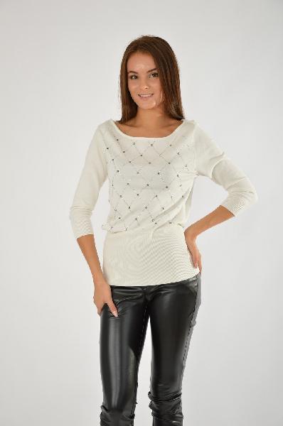 Пуловер MELROSEЖенская одежда<br>Элегантный пуловер с вырезом-лодочкой<br> Аппликация ромбами из стразов<br> Широкие края в рубчик<br> Из невероятно мягкого материала с содержанием вискозы<br> Объединяя классический шик с гламурными нотками, пуловер от Melrose превращается в модный элемент разнообразных комплектов для любого повода. Тонкий трикотаж искусно облегает фигуру. Ромбы из мерцающих стразов придают лаконичному дизайну кофточки особый шарм. Приталенный силуэт, рукава 3/4, широкий круглый вырез и резинка в рубчик по краям отлично дополняют модель. Пуловер от Melrose создан для обольстительных образов. Примерив его однажды, Вы не сможете от него отказаться. Длина спинки размера 38 ок. 64 см.<br> <br> Материал: материал верха: 70% вискоза, 30% полиамид<br> Покрой облегающая модель<br> Вырез U-образный вырез<br> Стиль женственный стиль<br> Фактура материала однотонная модель<br> Страна: США<br><br>Материал: Вискоза<br>Сезон: ВЕСНА/ОСЕНЬ<br>Коллекция: Осень-зима<br>Пол: Женский<br>Возраст: Взрослый<br>Цвет: Белый<br>Размер INT: M