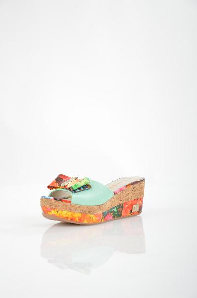 Сабо Grand StyleЖенская обувь<br>Сабо Grand Style комбинированного цвета. Модель выполнена из натуральной кожи. Детали: яркий принт, декор в виде бантика.<br> <br> Материал верха натуральная кожа<br> Внутренний материал натуральная кожа<br> Материал стельки натуральная кожа<br> Материал подошвы искусственный материал<br> Высота каблука 7 см<br> Высота платформы 3 см<br> Цвет мультиколор<br> Сезон Лето<br> Коллекция Весна-лето<br> Страна Россия<br><br>Высота каблука: 7 см<br>Высота платформы: 3 см<br>Материал: Натуральная кожа<br>Коллекция: Весна-лето<br>Пол: Женский<br>Возраст: Взрослый<br>Цвет: Разноцветный<br>Размер RU: 38