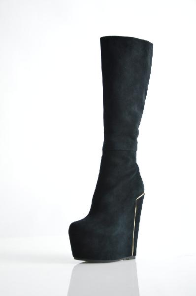 Сапоги MilanaЖенская обувь<br>Высокая танкетка компенсируется платформой, золотистый декор, функциональная молния сбоку.<br> <br> Материал верха: натуральный велюр<br> Внутренний материал: флис<br> Материал стельки: флис<br> Материал подошвы: искусственный материал<br> Обхват голенища: 35 см<br> Высота каблука: 17 см<br> Высота платформы: 6 см<br> Высота: 38 см<br> Цвет: черный<br> Сезон: Демисезон<br> Коллекция: Осень-зима<br> <br> Страна: Россия<br><br>Высота каблука: 15 см<br>Высота платформы: 6 см<br>Объем голени: 35 см<br>Материал: Натуральный велюр<br>Сезон: ВЕСНА/ОСЕНЬ<br>Коллекция: Осень-зима<br>Пол: Женский<br>Возраст: Взрослый<br>Цвет: Черный<br>Размер RU: 37