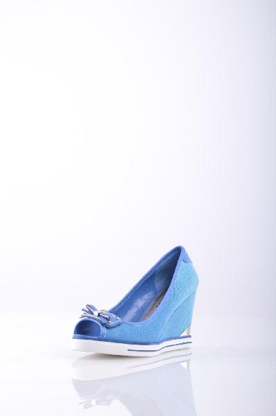 Сандалии GUESSЖенская обувь<br>Состав: Текстильное волокно, Искусственная кожа<br>Детали: парусина, логотип, бант, одноцветное изделие, скругленный носок, резиновая подошва с тиснением, танкетка, обтянутая танкетка<br>Высота каблука: 8.5 см<br>Высота платформы: 1.5 см<br>Страна: США<br><br>Высота каблука: 8.5 см<br>Высота платформы: 1.5 см<br>Материал: Текстильное волокно<br>Сезон: ЛЕТО<br>Коллекция: Весна-лето<br>Пол: Женский<br>Возраст: Взрослый<br>Цвет: Синий<br>Размер RU: 38