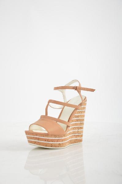 Босоножки EvitaЖенская обувь<br>Описание: Босоножки от Evita выполнены в классическом бежевом цвете, который делает эту модель универсальной. Высокая танкетка, с фактурой под пробку, компенсируется платформой. Основание подошвы декорирована контрастными линиями. Изящный ремешок с пряжкой - для надежной фиксации.<br><br><br> <br><br><br> Материал верха натуральная кожа<br><br><br> Внутренний материал натуральная кожа<br><br><br> Материал стельки натуральная кожа<br><br><br> Материал подошвы искусственный материал<br><br><br> Высота каблука 13 см<br><br><br> Высота платформы 4 см<br><br><br> Цвет бежевый<br><br><br> Страна: Россия<br><br>Высота каблука: 13 см<br>Высота платформы: 4 см<br>Материал: Натуральная кожа<br>Сезон: ЛЕТО<br>Коллекция: Весна-лето<br>Пол: Женский<br>Возраст: Взрослый<br>Цвет: Бежевый<br>Размер RU: 38