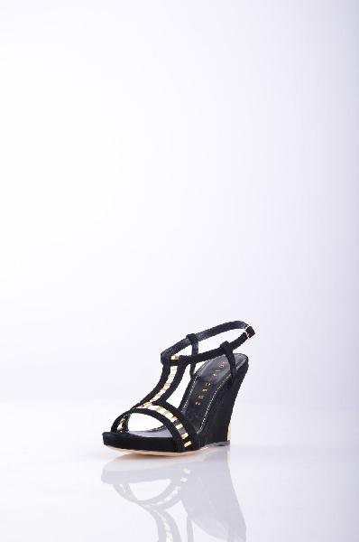 LOLA CRUZ СандалииЖенская обувь<br>Описание: ламинированный эффект, sueded, сплошной цвет, коробление ремешок на лодыжке застежки, круглый toeline, без аппликаций, кожаная подошва, покрытые Клин.<br>Высота каблука: 10 см.<br>Высота платформы: 2.5 см<br>Страна: Испания<br><br>Высота каблука: 10 см<br>Высота платформы: 2.5 см<br>Материал: Натуральная кожа<br>Сезон: ЛЕТО<br>Коллекция: Весна-лето<br>Пол: Женский<br>Возраст: Взрослый<br>Цвет: Черный<br>Размер RU: 38