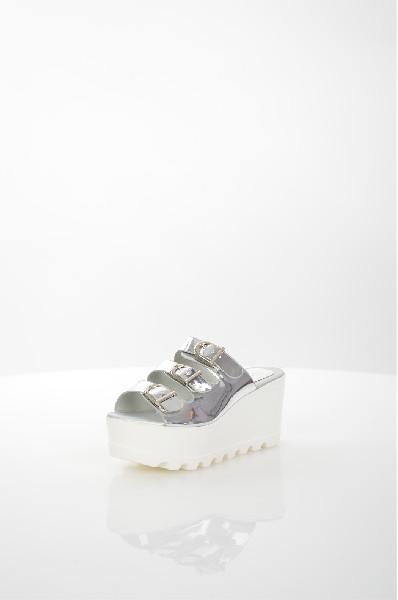 Сабо StephanЖенская обувь<br>Сабо Stephan выполнены из искусственной лакированной кожи, стелька и подкладка - из искусственной гладкой кожи. Детали: ремешки на пряжках, серебристая фурнитура, высокая устойчивая танкетка.<br> <br> Материал верха искусственная лаковая кожа<br> Внутренний материал искусственная кожа<br> Материал стельки искусственная кожа<br> Материал подошвы полимер<br> Высота каблука 8 см<br> Высота платформы 4.5 см<br> Тип каблука Танкетка, Платформа<br> Застежка на пряжке<br> Цвет серебряный<br> Сезон Лето<br> Стиль Повседневный<br> Коллекция Весна-лето<br> Детали обуви вырезы на обуви, лакированные<br> Узор Однотонный<br> Высота каблука Высокий<br> Страна: Италия<br><br>Высота каблука: 8 см<br>Высота платформы: 4.5 см<br>Материал: Искусственная кожа<br>Сезон: ЛЕТО<br>Коллекция: Весна-лето<br>Пол: Женский<br>Возраст: Взрослый<br>Цвет: Светло-серый<br>Размер RU: 38
