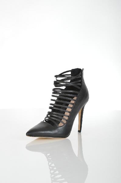 Туфли AldoЖенская обувь<br>Шикарные туфли из натуральной кожи от Aldo решены в черном цвете. Детали: застежка на молнию на заднике, заостренный мыс, ремешки на подъеме, высокий каблук-шпилька.<br> <br> Материал верха натуральная кожа<br> Внутренний материал искусственная кожа<br> Материал стельки натуральная кожа<br> Материал подошвы Тунит<br> Высота каблука 10 см<br> Высота 9 см<br> Цвет черный<br> Сезон Мульти<br> Коллекция Осень-зима<br> Страна: Канада<br><br>Высота каблука: 10 см<br>Материал: Натуральная кожа<br>Сезон: МУЛЬТИ<br>Коллекция: Осень-зима<br>Пол: Женский<br>Возраст: Взрослый<br>Цвет: Черный<br>Размер RU: 38