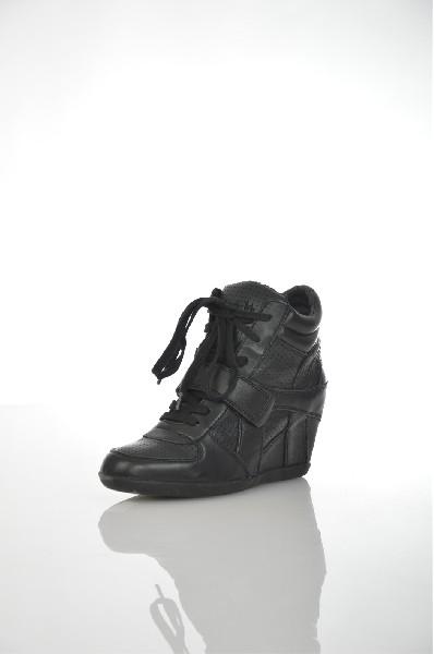 Кеды на танкетке AshЖенская обувь<br>Особенности: внутренняя отделка - текстиль; застежка на липучке обеспечит прочную фиксацию на ноге; перфорированные вставки; скрытая танкетка; резиновая подошва.<br> <br> Цвет: черный<br> Сезон: Демисезон<br> Коллекция: Осень-зима<br> Материал верха: натуральная кожа<br> Внутренний материал: текстиль<br> Материал стельки: натуральная кожа<br> Материал подошвы: резина<br> Высота голенища / задника: 11 см<br> Высота каблука: 7 см<br><br> Страна: Италия<br><br>Высота каблука: 7 см<br>Высота голенища / задника: 11 см<br>Материал: Натуральная кожа<br>Сезон: ВЕСНА/ОСЕНЬ<br>Коллекция: Осень-зима<br>Пол: Женский<br>Возраст: Взрослый<br>Цвет: Черный<br>Размер RU: 38