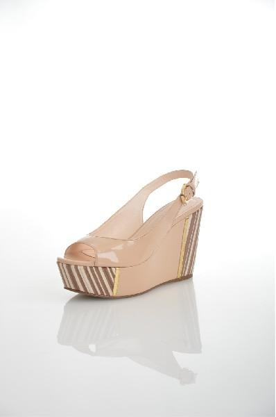 Босоножки JUST COUTUREЖенская обувь<br>Замечательные босоножки, верх которых выполнен из качественного материала. Модель на высокой устойчивой танкетке снабжена застежкой на пряжку. Отличный вариант для летнего гардероба.<br> <br> Цвет: светло-бежевый<br> <br> Состав: искусственная кожа<br> <br> Высота каблука Высокий: 11.0 см<br> Высота платформы Высокая: 5.0 см<br> Материал верха Кожа<br> Материал подошвы Искусственный материал<br> Материал подкладки Искусственная кожа<br> Сезон лето<br> Пол Женский<br> Страна Италия<br><br>Высота каблука: 11 см<br>Высота платформы: 5 см<br>Материал: Искусственная кожа<br>Сезон: ЛЕТО<br>Коллекция: Весна-лето<br>Пол: Женский<br>Возраст: Взрослый<br>Цвет: Бежевый<br>Размер RU: 37