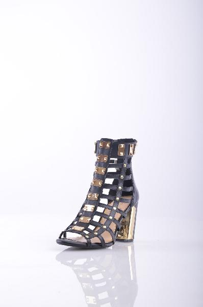 Ботильоны Jessica SimpsonЖенская обувь<br>Описание: Аппликации из металла, одноцветное изделие, молния, скругленный носок, резиновая подошва, квадратный каблук.<br><br> <br>Высота каблука: 9 см<br><br>Объем голени: 27 см<br>Высота голенища / задника: 11 см<br><br> Страна: США<br><br>Высота каблука: 9 см<br>Объем голени: 27 см<br>Высота голенища / задника: 11 см<br>Материал: Натуральная кожа<br>Сезон: ЛЕТО<br>Коллекция: (Справочник &quot;Номенклатура&quot; (Общие)): Весна-лето<br>Пол: Женский<br>Возраст: Взрослый<br>Цвет: Черный<br>Размер RU: 37