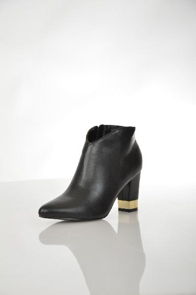 Ботильоны La Bottine SourianteЖенская обувь<br>Ботильоны La Bottine Souriante выполнены из искусственной кожи черного цвета. Детали: застежка на молнию, внутренняя текстильная отделка, устойчивый каблук с золотистой вставкой.<br> <br> Материал верха искусственная кожа<br> Внутренний материал текстиль<br> Мате...<br><br>Высота каблука: 8.5 см<br>Высота платформы: 8 см<br>Объем голени: 28 см<br>Материал: Искусственная кожа<br>Сезон: ВЕСНА/ОСЕНЬ<br>Коллекция: (Справочник &quot;Номенклатура&quot; (Общие)): Осень-зима<br>Пол: Женский<br>Возраст: Взрослый<br>Цвет: Черный<br>Размер RU: 38