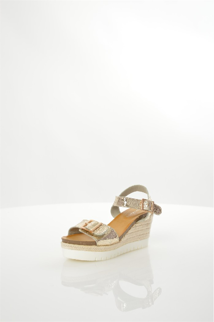 Босоножки DameroseЖенская обувь<br>Босоножки Damerose выполнены из искусственной кожи, подкладка - из текстиля, стелька - из искусственной кожи. Детали: эффект растрескивания, фиксирующие ремешки, застежки на пряжках, джутовая отделка танкетки, толстая рельефная подошва.<br> <br> Материал верха искусственная кожа<br> Внутренний материал текстиль<br> Материал стельки искусственная кожа<br> Материал подошвы искусственный материал<br> Высота каблука 8 см<br> Высота платформы 4 см<br> Тип каблука Танкетка, Платформа<br> Застежка на пряжке<br> Цвет золотой<br> Сезон Лето<br> Стиль Повседневный, Ультрамодный<br> Коллекция Весна-лето<br> Детали обуви лакированные, металл, пряжки<br> Узор Однотонный<br> Тип босоножек С застежкой через пятку<br> Страна: Италия<br><br>Высота каблука: 8 см<br>Высота платформы: 4 см<br>Материал: Искусственная кожа<br>Сезон: ЛЕТО<br>Коллекция: Весна-лето<br>Пол: Женский<br>Возраст: Взрослый<br>Цвет: Песочный<br>Размер RU: 37