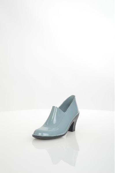 Ботильоны SANDRAЖенская обувь<br>Практичные ботильоны от SANDRA. Модель выполнена из износоустойчивого поливинилхлорида серого цвета. Детали: резной край, невысокий устойчивый каблук, рельефная подошва.<br> <br> Материал верха искусственный материал<br> Внутренний материал текстиль<br> Материал стельки текстиль<br> Материал подошвы искусственный материал<br> Высота голенища / задника 6 см<br> Высота каблука 8.5 см<br> Тип каблука Стандартный<br> Застежка без застежки<br> Цвет серый<br> Сезон Демисезон<br> Стиль Повседневный<br> Коллекция Осень-зима<br> Узор Однотонный<br> Страна производства Россия<br><br>Высота каблука: 8.5 см<br>Высота голенища / задника: 6 см<br>Материал: Резина<br>Сезон: ВЕСНА/ОСЕНЬ<br>Коллекция: Осень-зима<br>Пол: Женский<br>Возраст: Взрослый<br>Цвет: Темно-серый<br>Размер RU: 38