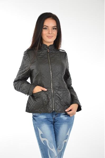 Куртка утепленная B.StyleЖенская одежда<br>Стеганая куртка B.Style выполнена из гладкого текстиля. Модель приталенного кроя с тонким слоем синтепонового утеплителя. Детали: воротник-стойка, застежка на молнию, два кармана с внешней стороны, шлица.<br> <br> Состав Полиэстер - 100%<br> Материал подкладки Полиэстер - 100%<br> Утеплитель Полиэстер - 100%<br> Длина рукава 62 см<br> Длина 55 см<br> Длина до бедра<br> Застежка на молнии<br> Цвет черный<br> Сезон Демисезон<br> Стиль Повседневный<br> Коллекция Весна-лето<br> Детали одежды стеганый<br> Узор Однотонный<br> Тип размера Стандартный<br> Карманы 2<br> Страна: Чехия<br><br>Материал: Полиэстер<br>Сезон: ВЕСНА/ОСЕНЬ<br>Коллекция: Весна-лето<br>Пол: Женский<br>Возраст: Взрослый<br>Цвет: Черный<br>Размер INT: XL