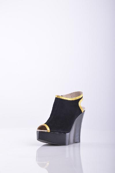 SERAFINI ETOILE  Обувь на танкеткеЖенская обувь<br>Состав: Замша<br>Детали: без аппликаций, одноцветное изделие, молния, скругленный носок, резиновая подошва с тиснением<br>Размеры: Каблук: 12 cm Высота платформы: 4.5 cm<br>Страна: Италия<br><br>Высота каблука: 12 см<br>Высота платформы: 4.5 см<br>Материал: Замша<br>Сезон: ЛЕТО<br>Коллекция: Весна-лето<br>Пол: Женский<br>Возраст: Взрослый<br>Цвет: Черный<br>Размер RU: 37