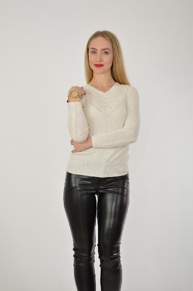 Джемпер SavageЖенская одежда<br>Джемпер белого цвета из смесового материала украшен косичками, выделяющими треугольный вырез. Качественное исполнение изделия сочетается с интересным дизайном. Стильная вещь по выгодной цене.<br>Материал: 30% нейлон 25% вискоза 15% хлопок 22% шерсть 5% ангора 3% кашемир<br> Размер: 164-84-92<br> Страна: Россия<br><br>Материал: Нейлон<br>Сезон: ВЕСНА/ОСЕНЬ<br>Коллекция: Осень-зима<br>Пол: Женский<br>Возраст: Взрослый<br>Цвет: Белый<br>Размер INT: S