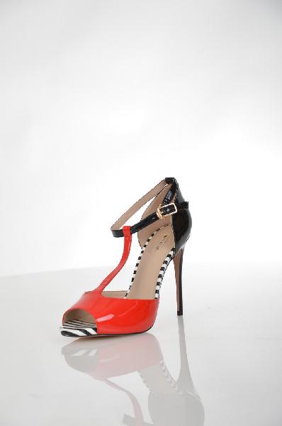 Босоножки VitacciЖенская обувь<br>Босоножки контрастных цветов Vitacci выполнены из натуральной лаковой кожи. Детали: комбинированная стелька из натуральной кожи и искусственной с принтом в полоску; пластиковый каблук.<br> <br> Материал верха натуральная лаковая кожа<br> Внутренний материал натуральная кожа<br> Материал стельки натуральная кожа<br> Материал подошвы резина<br> Высота каблука 11.5 см<br> Цвет красный, черный<br> Сезон Лето<br> Коллекция Весна-лето<br> Детали обуви вырезы на обуви, лакированные<br> Страна: Россия<br><br>Высота каблука: 11.5 см<br>Материал: Натуральная кожа<br>Сезон: ЛЕТО<br>Коллекция: Весна-лето<br>Пол: Женский<br>Возраст: Взрослый<br>Цвет: Красный<br>Размер RU: 38