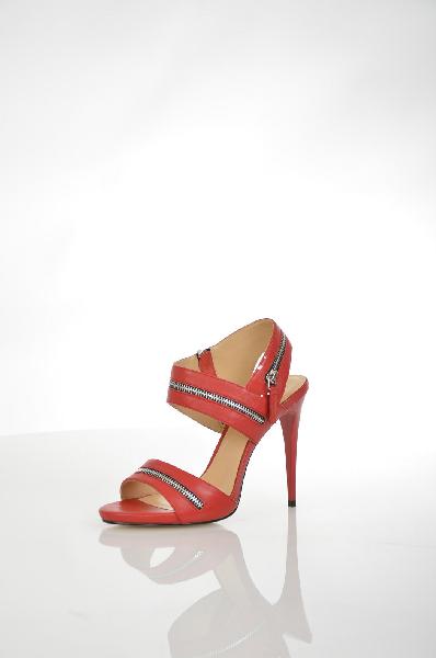 Босоножки VitacciЖенская обувь<br>Босоножки от Vitacci. Модель выполнена из натуральной гладкой кожи ярко-красного цвета и декорирована серебристыми молниями. Детали: подкладка и стелька из натуральной кожи, функциональная боковая молния, высокий каблук-шпилька, рельефная подошва.<br> <br> Ма...<br><br>Высота каблука: 12 см<br>Материал: Натуральная кожа<br>Сезон: ЛЕТО<br>Коллекция: (Справочник &quot;Номенклатура&quot; (Общие)): Весна-лето<br>Пол: Женский<br>Возраст: Взрослый<br>Цвет: Красный<br>Размер RU: 38