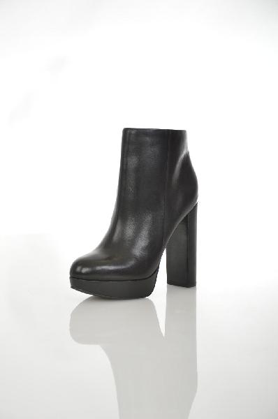 Ботильоны AldoЖенская обувь<br>Ботильоны на платформе от Aldo выполнены из мягкой натуральной кожи черного цвета. Детали: застежка на молнию, внутренняя отделка из байки и натуральной кожи, высокий устойчивый каблук.<br> Цвет черный<br> Сезон Демисезон<br> Коллекция Осень-зима<br> Материал вер...<br><br>Высота каблука: 12.5 см<br>Высота платформы: 2 см<br>Объем голени: 24.5 см<br>Высота голенища / задника: 10 см<br>Материал: Натуральная кожа<br>Сезон: ВЕСНА/ОСЕНЬ<br>Коллекция: (Справочник &quot;Номенклатура&quot; (Общие)): Осень-зима<br>Пол: Женский<br>Возраст: Взрослый<br>Цвет: Черный<br>Размер RU: 37.5