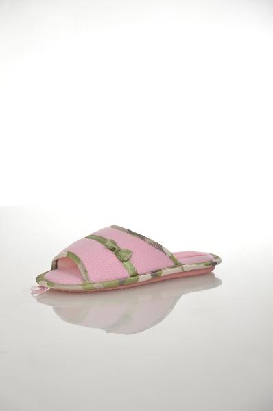 Тапочки De FonsecaОбувь для девочек<br>Цвет: розовый, белый, зеленый<br> <br> Состав: текстиль<br> <br> Симпатичные, мягкие тапочки в нежном сочетании расцветок - отличная домашняя обувь. Изделие украшено рисунком камуфляж, бантиком и логотипом. Превосходный вариант.<br> <br> Высота каблука Маленький, 1.0 см<br> Рисунок Камуфляж<br> Высота платформы Низкая, 0.7 см<br> Материал верха Текстиль<br> Материал подошвы Резина<br> Материал подкладки Текстиль<br> Декоративные элементы Банты<br> По назначению Повседневные<br> Декоративные элементы Логотип<br> Сезон круглогодичный<br> Пол Детский<br> Страна Италия<br><br>Высота каблука: 1 см<br>Высота платформы: 0.7 см<br>Материал: Текстиль<br>Сезон: МУЛЬТИ<br>Коллекция: Весна-лето<br>Пол: Женский<br>Возраст: Детский<br>Цвет: Розовый<br>Размер RU: 32