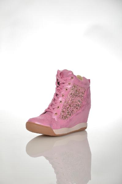 Кеды на танкетке BurlesqueЖенская обувь<br>Ультрамодные кеды на танкетке от Burlesque решены в красивом розовом оттенке с перламутровым блеском. Материал верха выполнен из искусственной гладкой кожи и текстиля, текстильная подкладка. Детали: шнуровка на подъеме, перфорированная фактура мыса и боковой части, сверкающий декор, высота скрытой танкетки 7 см.<br> Цвет розовый<br> Сезон Демисезон<br> Коллекция Весна-лето<br> Детали обуви камни/стразы, перфорация<br> Материал верха искусственная кожа, текстиль<br> Внутренний материал текстиль<br> Материал стельки текстиль<br> Материал подошвы резина<br> Высота голенища / задника 10 см<br> Высота каблука 7 см<br> Страна: Россия<br><br>Высота каблука: 7.5 см<br>Высота платформы: 7 см<br>Высота голенища / задника: 10 см<br>Материал: Искусственная кожа<br>Сезон: ВЕСНА/ОСЕНЬ<br>Коллекция: Осень-зима<br>Пол: Женский<br>Возраст: Взрослый<br>Цвет: Розовый<br>Размер RU: 38