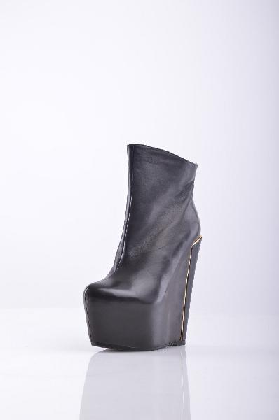 Milana БотильоныЖенская обувь<br>Ботильоны Milana черного цвета выполнены из натуральной кожи, внутренний материал - искусственный мех. Детали: застежка на молнию, металлическая вставка.<br><br>Материал верха    натуральная кожа<br>Внутренний материал    искусственный мех<br>Материал стельки    искусственный мех<br>Материал подошвы    искусственный материа.<br>Высота каблука: 17 см<br>Объём голени: 26 см<br>Высота голенища / задника: 12 см<br>Страна: Россия<br><br>Высота каблука: 17 см<br>Высота платформы: 6 см<br>Объем голени: 26 см<br>Высота голенища / задника: 12 см<br>Материал: Натуральная кожа<br>Сезон: ЗИМА<br>Коллекция: Осень-зима<br>Пол: Женский<br>Возраст: Взрослый<br>Цвет: Черный<br>Размер RU: 37