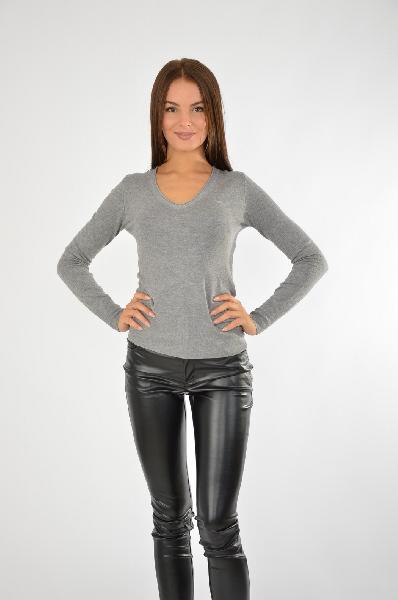 Пуловер GUESSЖенская одежда<br>Простой и лаконичный пуловер от бренда Guess создаст стильный образ в стиле casual. Удобная и приятная в носке вещь, классический дизайн сочетает с высоким качеством изделия. Базовая вещь гардероба, которая всегда будет актуальна вне времени и тенденций.<br>Цвет: серый меланж<br> <br> Состав: полиамид 15%,эластан 3%,вискоза 82%<br> <br> Вырез горловины V-образный вырез<br> Покрой Приталенный<br> Длина изделия по спинке, 55 см<br> Фактура материала Трикотажный<br> Особенности ткани Мягкая<br> Рукав длина, 58.5 см<br> Сезон лето<br> Пол Женский<br> Страна Соединенные Штаты<br><br>Материал: Вискоза<br>Сезон: ЛЕТО<br>Коллекция: Весна-лето<br>Пол: Женский<br>Возраст: Взрослый<br>Цвет: Серый<br>Размер INT: S