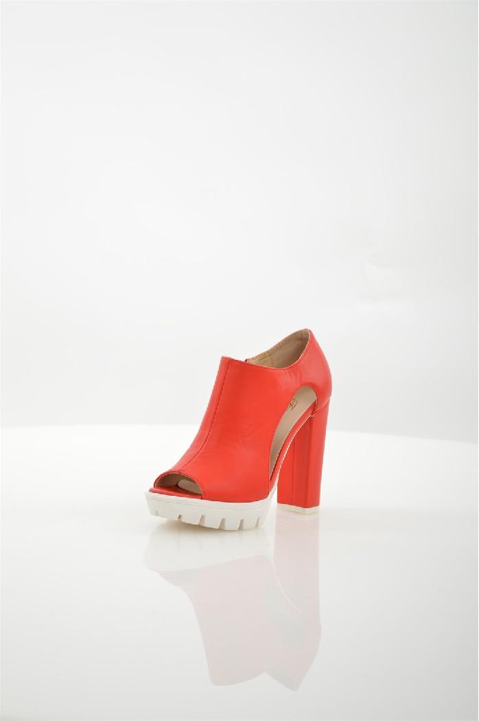 Ботильоны FersiniЖенская обувь<br>Ботильоны Fersini выполнены из искусственной кожи.<br> <br> Материал верха искусственная кожа<br> Внутренний материал искусственная кожа<br> Материал стельки искусственная кожа<br> Материал подошвы резина<br> Высота каблука 11 см<br> Высота платформы 2.5 см<br> Тип каблука Стандартный, Платформа<br> Застежка на молнии<br> Цвет красный<br> Сезон Лето<br> Стиль Повседневный<br> Коллекция Весна-лето<br> Страна: Италия<br><br>Высота каблука: 11 см<br>Высота платформы: 2.5 см<br>Материал: Искусственная кожа<br>Сезон: ЛЕТО<br>Коллекция: Весна-лето<br>Пол: Женский<br>Возраст: Взрослый<br>Цвет: Красный<br>Размер RU: 37