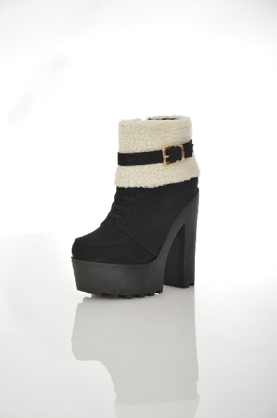 Ботильоны Sergio TodziЖенская обувь<br>Ботильоны на платформе от Sergio Todzi выполнены из искусственного нубука черного цвета. Модель оторочена искусственным мехом и дополнена хлястиком на ремешке. Детали: застежка на молнию, декоративная шнуровка, подкладка из байки, стелька из искусственной кожи, высокий устойчивый каблук, толстая рифленая подошва.<br><br> Цвет черный<br> Сезон Демисезон<br> Коллекция Осень-зима<br> Детали обуви меховая отделка<br> Материал верха искусственный мех, искусственный нубук<br> Внутренний материал байка<br> Материал стельки байка<br> Материал подошвы искусственный материал<br><br> Высота голенища / задника 10.5 см<br> Обхват голенища 21.5 см<br> Высота каблука 14.2 см<br> Высота платформы 4.5 см<br><br> Страна: Италия<br><br>Высота каблука: 14.2 см<br>Высота платформы: 4.5 см<br>Объем голени: 21 см<br>Высота голенища / задника: 10.5 см<br>Материал: Искусственный нубук<br>Сезон: ВЕСНА/ОСЕНЬ<br>Коллекция: Осень-зима<br>Пол: Женский<br>Возраст: Взрослый<br>Цвет: Черный<br>Размер RU: 37