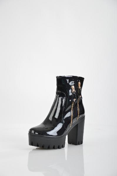 Ботильоны Vita RiccaЖенская обувь<br>Цвет: черный<br> Материал верха: кожа лакированная искусственная<br> Материал подкладки: текстиль-байка<br> Материал стельки: текстиль-байка<br> Материал подошвы: искусственный материал, протектор<br> Параметры изделия: для размера 38/38: толщина платформы 4,5 см, ширина носка стельки 7,8 см. <br> Уход за изделием: протирать губкой<br><br> Страна Италия<br><br>Высота платформы: 4.5 см<br>Материал: Искусственная кожа<br>Сезон: ВЕСНА/ОСЕНЬ<br>Коллекция: Осень-зима<br>Пол: Женский<br>Возраст: Взрослый<br>Цвет: Черный<br>Размер RU: 38