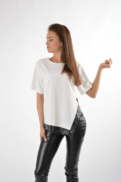 MISSGUIDED БлузаЖенская одежда<br>Блуза MISSGUIDED выполнена из мягкой фактурной тонкой ткани молочно-белого цвета. Детали: прямой крой, круглый вырез, короткий рукав, разрез сбоку, контрастная окантовка из черной мягкой искусственной кожи.<br><br>Состав95% - Полиэстер, 5% - Эластан; 50% - П...<br><br>Материал: Полиэстер<br>Сезон: ЛЕТО<br>Коллекция: (Справочник &quot;Номенклатура&quot; (Общие)): Весна-лето<br>Пол: Женский<br>Возраст: Взрослый<br>Цвет: Белый<br>Размер INT: S