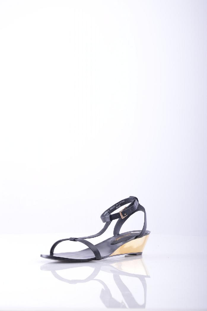 Сандалии River IslandЖенская обувь<br>Элегантные сандалии от River Island. Модель лаконичного дизайна, выполненная из гладкой искусственной кожи. <br> <br> Детали: застежка на ремешке сбоку, небольшой каблук, боковая часть подошвы отделана блестящим золотистым материалом. <br> Материал верха: искусственная кожа <br> Внутренний материал: искусственная кожа <br> Материал стельки: искусственная кожа <br> Материал подошвы: искусственный материал <br> Страна: Великобритания<br><br>Материал: Искусственная кожа<br>Сезон: ЛЕТО<br>Коллекция: Весна-лето<br>Пол: Женский<br>Возраст: Взрослый<br>Цвет: Черный<br>Размер RU: 38