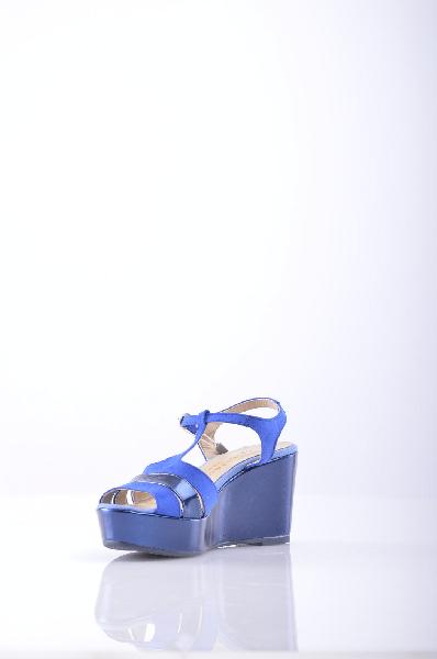 BLU BYBLOS СандалииЖенская обувь<br>Состав: Текстильное волокно, Искусственная кожа<br>Детали: алькантара, эффект ламинирования, логотип, двухцветный узор, пряжка, скругленный носок, резиновая подошва.<br>Высота каблука: 8.5 см.<br>Высота платформы: 3.5 см<br>Страна: Франция<br><br>Высота каблука: 8.5 см<br>Высота платформы: 3.5 см<br>Материал: Текстильное волокно<br>Сезон: ЛЕТО<br>Коллекция: Весна-лето<br>Пол: Женский<br>Возраст: Взрослый<br>Цвет: Синий<br>Размер RU: 37