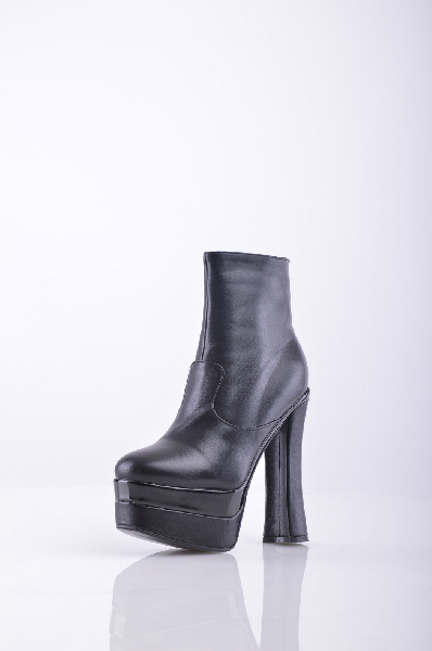Полусапожки 1to3Женская обувь<br>Полусапожки на высоком каблуке и платформе не только модный трюк, придуманный дизайнерами, но еще и решение вопроса для той девушки, которая оптически желает выглядеть выше своего роста. Модель с застежкой на молнию. Верх выполнен в лаконичном дизайне. <br><br>Материал: искусственная кожа<br>Материал подкладки - искусственный мех. <br>Высота каблука: 15 см <br>Высота платформы: 5 см <br>Высота голени: 25.5 см <br>Высота голенища/задника: 12.5 см <br>Страна: Испания<br><br>Высота каблука: 15 см<br>Высота платформы: 5 см<br>Объем голени: 25.5 см<br>Высота голенища / задника: 12.5 см<br>Материал: Искусственная кожа<br>Сезон: ВЕСНА/ОСЕНЬ<br>Коллекция: Осень-зима<br>Пол: Женский<br>Возраст: Взрослый<br>Цвет: Черный<br>Размер RU: 36