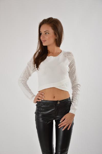 Джемпер River IslandЖенская одежда<br>Женский джемпер River Island выполнен из тонкого гладкого текстиля белого цвета. <br> Модель имеет прилегающий укороченный крой и универсальный круглый вырез. <br> Детали: эффектная драпировка на фронтальной стороне, длинные рукава выполнены из сетчатой ткани. <br> <br> Состав 63% - Вискоза, 37% - Нейлон <br> Длина по спинке 40 см <br> Длина рукава 70 см <br> <br>Страна: Великобритания<br><br>Материал: Вискоза<br>Сезон: ЛЕТО<br>Коллекция: Осень-зима<br>Пол: Женский<br>Возраст: Взрослый<br>Цвет: Белый<br>Размер INT: L