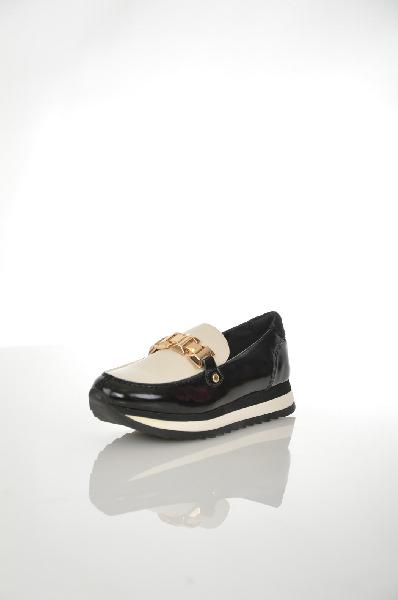 Лоферы AldoЖенская обувь<br>Лоферы на полосатой платформе от Aldo выполнены из натуральной и искусственной гладкой кожи. Детали: подъем кремового оттенка украшен золотистой металлической цепочкой, усиленный мыс.<br> Цвет бежевый, черный<br> Сезон Мульти<br> Коллекция Осень-зима<br> Детали обуви металл<br> Материал верха искусственная кожа, натуральная кожа<br> Внутренний материал искусственная кожа<br> Материал стельки искусственная кожа<br> Материал подошвы резина<br> Высота платформы 2.5 см<br> Страна: Канада<br><br>Высота платформы: 2.5 см<br>Материал: Натуральная кожа<br>Сезон: МУЛЬТИ<br>Коллекция: Осень-зима<br>Пол: Женский<br>Возраст: Взрослый<br>Цвет: Черный<br>Размер RU: 38